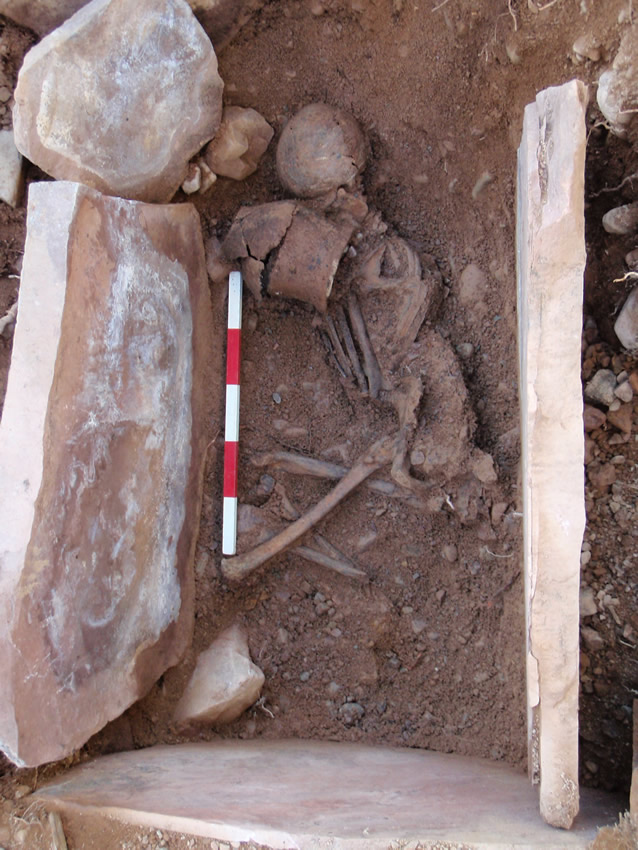 Inhumation and vessel in the cist
